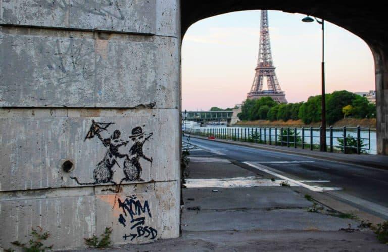 バンクシーがパリに描いたネズミのステンシルとエッフェル塔