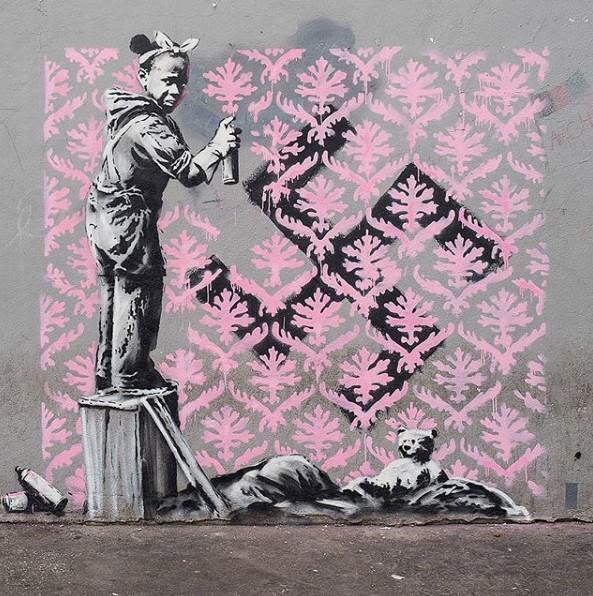 パリのバンクシ=壁画《ナチスのシンボル卍にスプレーする女の子》- Porte de la Chapelle
