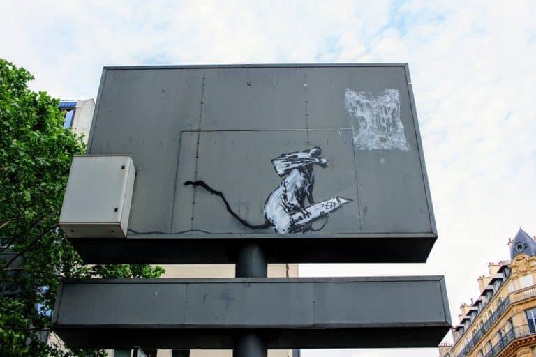 カッターにのるバンクシーのネズミ