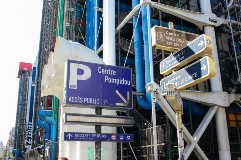 ポンピドゥーセンターの駐車場パネル