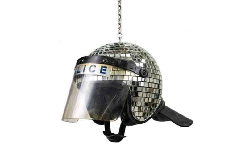 警官の使用済み暴動鎮圧用ヘルメットから作られたディスコボール。