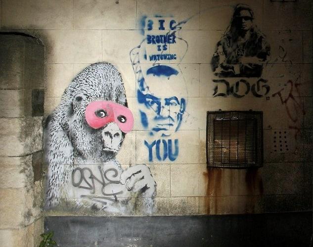 バンクシー初期の作品の1つ、2001年にブリストルソーシャルクラブの壁に描かれたピンク色の仮面をつけたゴリラ