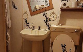 バンクシーが描いた自宅のトイレで遊びまわるネズミたち
