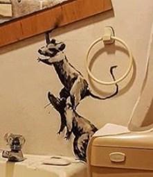 【バンクシーのネズミ】ロックダウン中のバンクシーが自宅のトイレでネズミを発表【奥さんが嫌う】肩車をするネズミ
