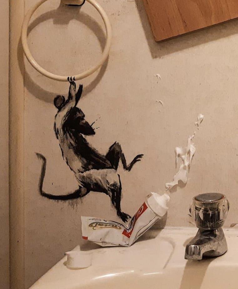 【バンクシーのネズミ】ロックダウン中のバンクシーが自宅のトイレでネズミを発表【奥さんが嫌う】歯磨き粉のチューブをふむネズミ