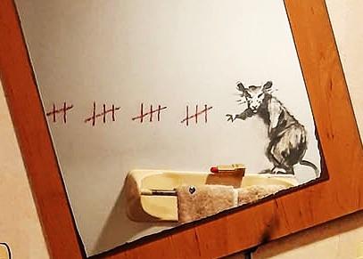 【バンクシーのネズミ】ロックダウン中のバンクシーが自宅のトイレでネズミを発表【奥さんが嫌う】口紅で二日数を数えるネズミ