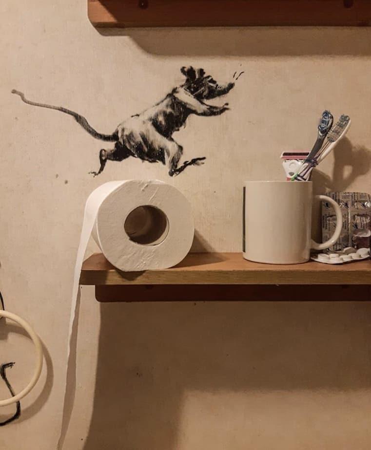 【バンクシーのネズミ】ロックダウン中のバンクシーが自宅のトイレでネズミを発表【奥さんが嫌う】トイレットロールの上を走るネズミr