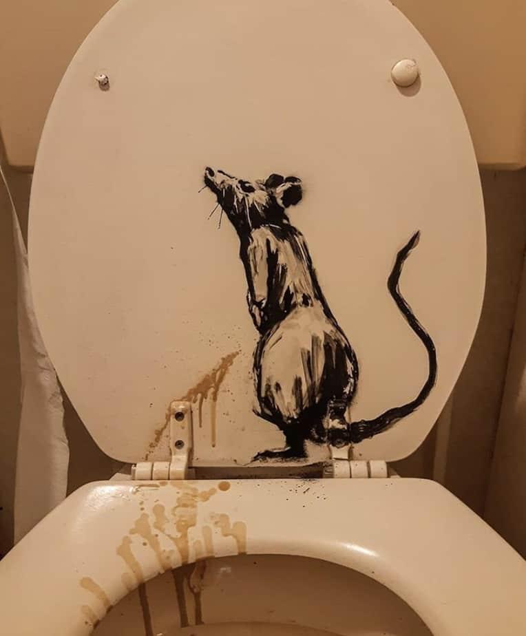 【バンクシーのネズミ】ロックダウン中のバンクシーが自宅のトイレでネズミを発表【奥さんが嫌う】便器におしっこをかけるネズミ