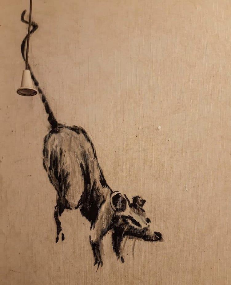 【バンクシーのネズミ】ロックダウン中のバンクシーが自宅のトイレでネズミを発表【奥さんが嫌う】照明からぶら下がるネズミ