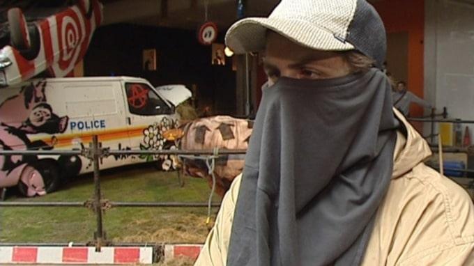 バンクシーの顔 2003年「Turf War」