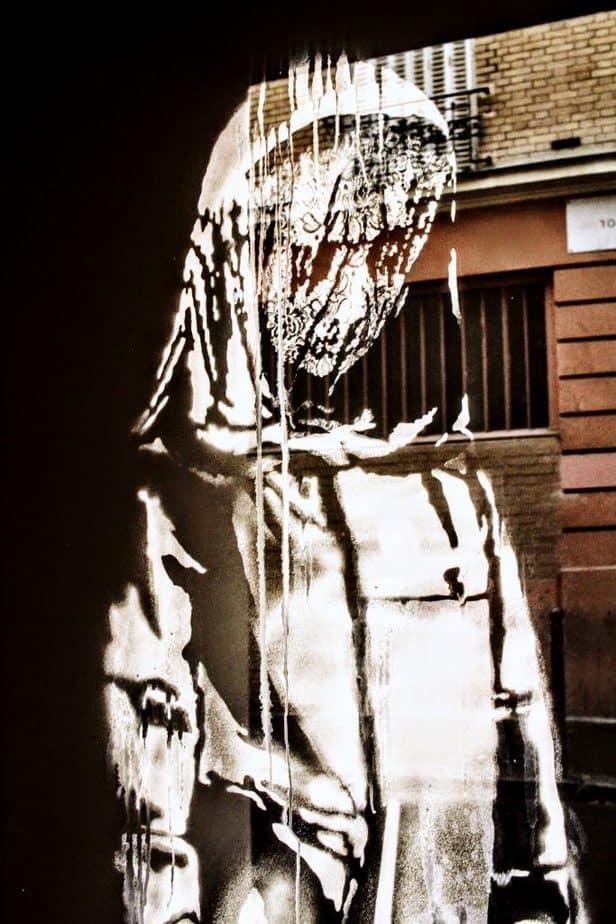 バンクシーがパリのバタクラン非常扉に描いたステンシル