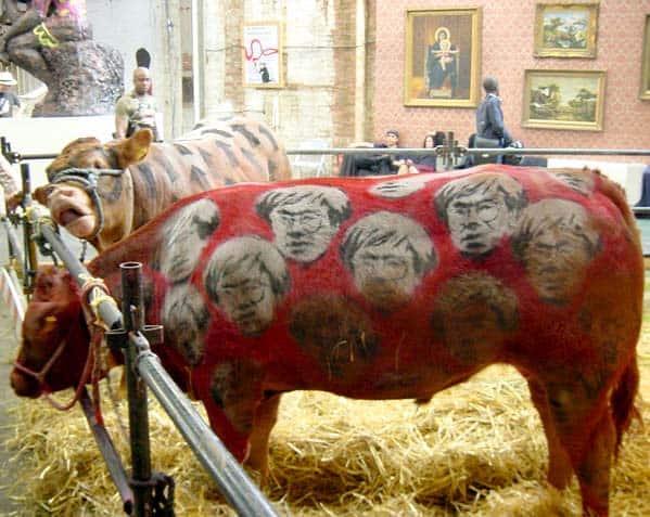 バンクシー「Turf War」2003年「アンディーウォーホルの顔が描かれた牛」