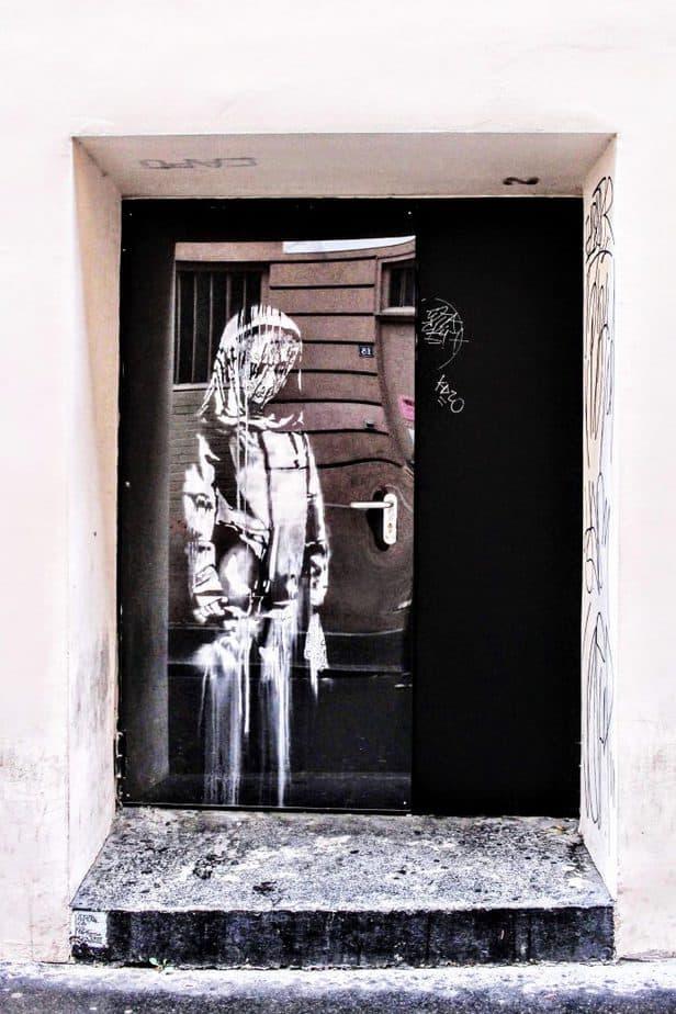 バンクシーがパリのバタクラン劇場の鉄製非常扉に描いたステンシル